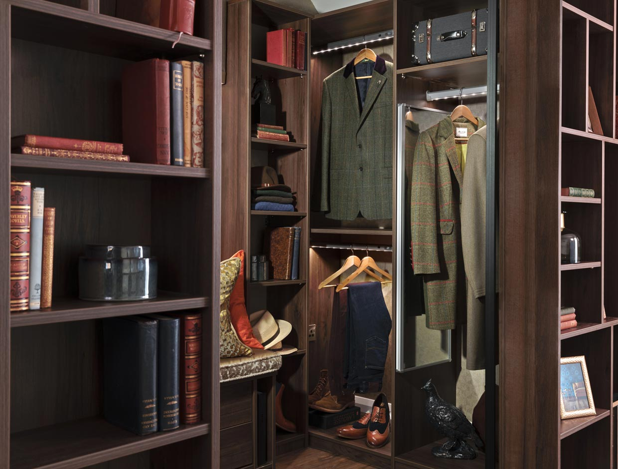 Luxury Landing Walk-In, Book Shelves